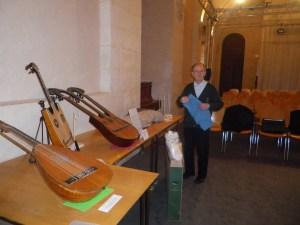 M Zéliker et quelques pièces de sa collection, exposées lors du festival
