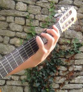 Même position sur l'instrument dans les cordes graves