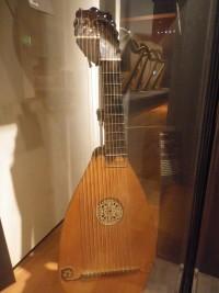 guitare théorbée, avec un mécanisme situé sur la tête du manche