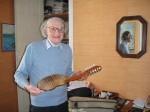 José de Tourris tenant un beau charango, construit par le luthier Martin