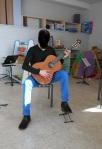 Guitariste de grande taille, aux membres inférieurs longs. Un nouveau siège, plus haut, est indispensable afin d'assurer une position équilibrée et confortable.
